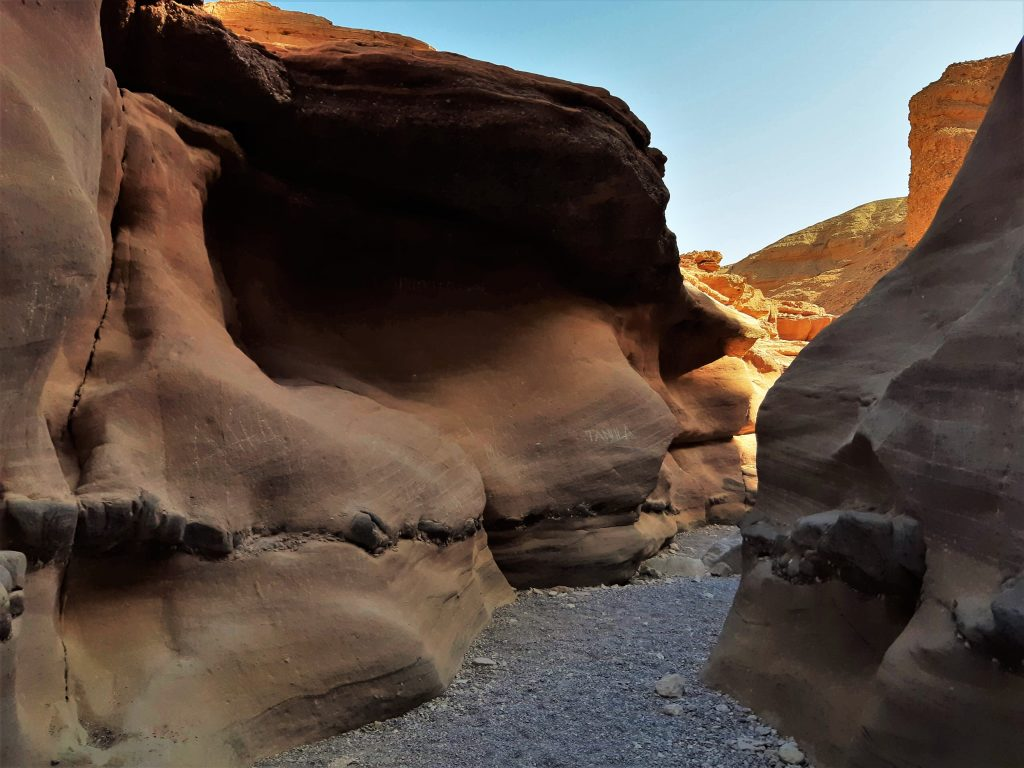 הליכה בתוך הקניון האדום בהרי אילת